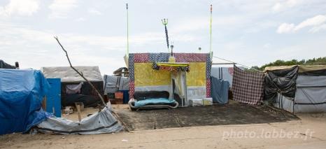 Aux abords du camp d'accueil provisoire pour migrants à Calais
